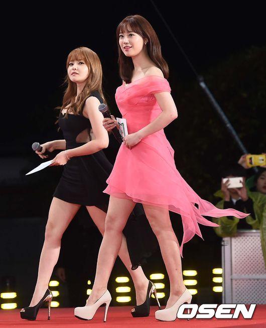 2015 Melon Music Awards紅毯,由KARA的老么齡智一身粉紅洋裝,帶著青春的氣息,搭檔韓國最正聲優徐宥利,游刃有餘的流暢主持,揭開了典禮的序幕