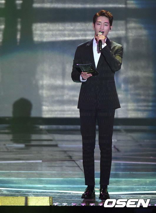 典禮由最近的大勢演員徐康俊擔任主持人,現在典禮才正開始呢!