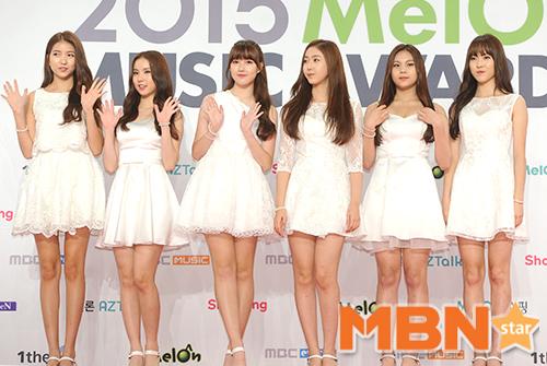 女子新人團體G-Friend維持可愛清純風格,穿著猶如天使一般的白色禮服登場
