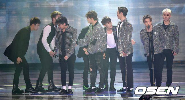 典禮最後就在YG娛樂的BIGBANG與iKON上台領獎後結束了!尤其是這一幕,頗有YG娛樂傳承的意味~