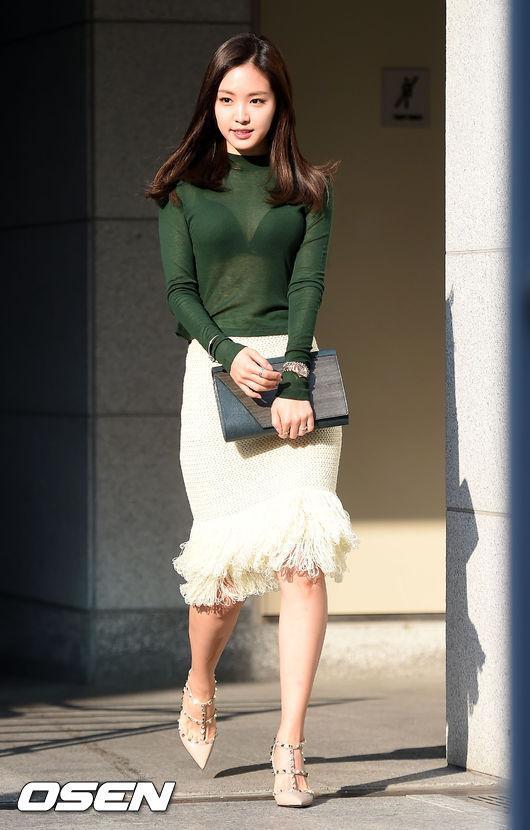 Apink孫娜恩日前在首爾參加時尚品牌活動上身穿著一件透視度極大的絲質上衣,在網上引起軒然大波。