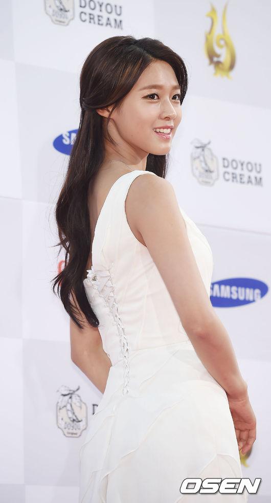 #4 雪炫 最近和李敏鎬一同擔任韓國訪問年大使   不管是穿上小禮服還是韓服模樣都超迷人 零死角的外貌 和超纖細的身材 都是讓她在今年大爆紅的原因