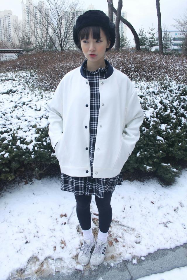 最配下雪天的全白棒球外套,再加上橙色腮紅,看起來特別小女人