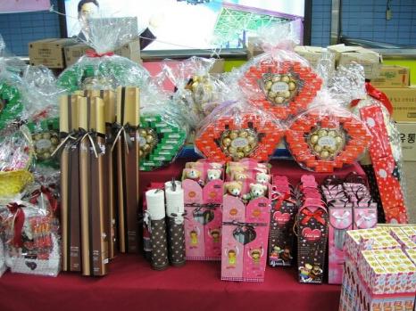 在Pepero Day的前兩個周,韓國大街小巷就隨處可見各式各樣包裝精美的餅乾,明星代言的或是限量訂做的,甚至買回材料自己DIY的都有。
