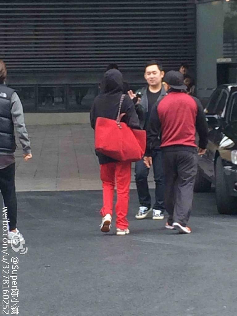 穿著紅褲子、帶著紅背包,跟YG的體能訓練師黃師傅一同步行的朴春,看起來狀況還不錯唷~