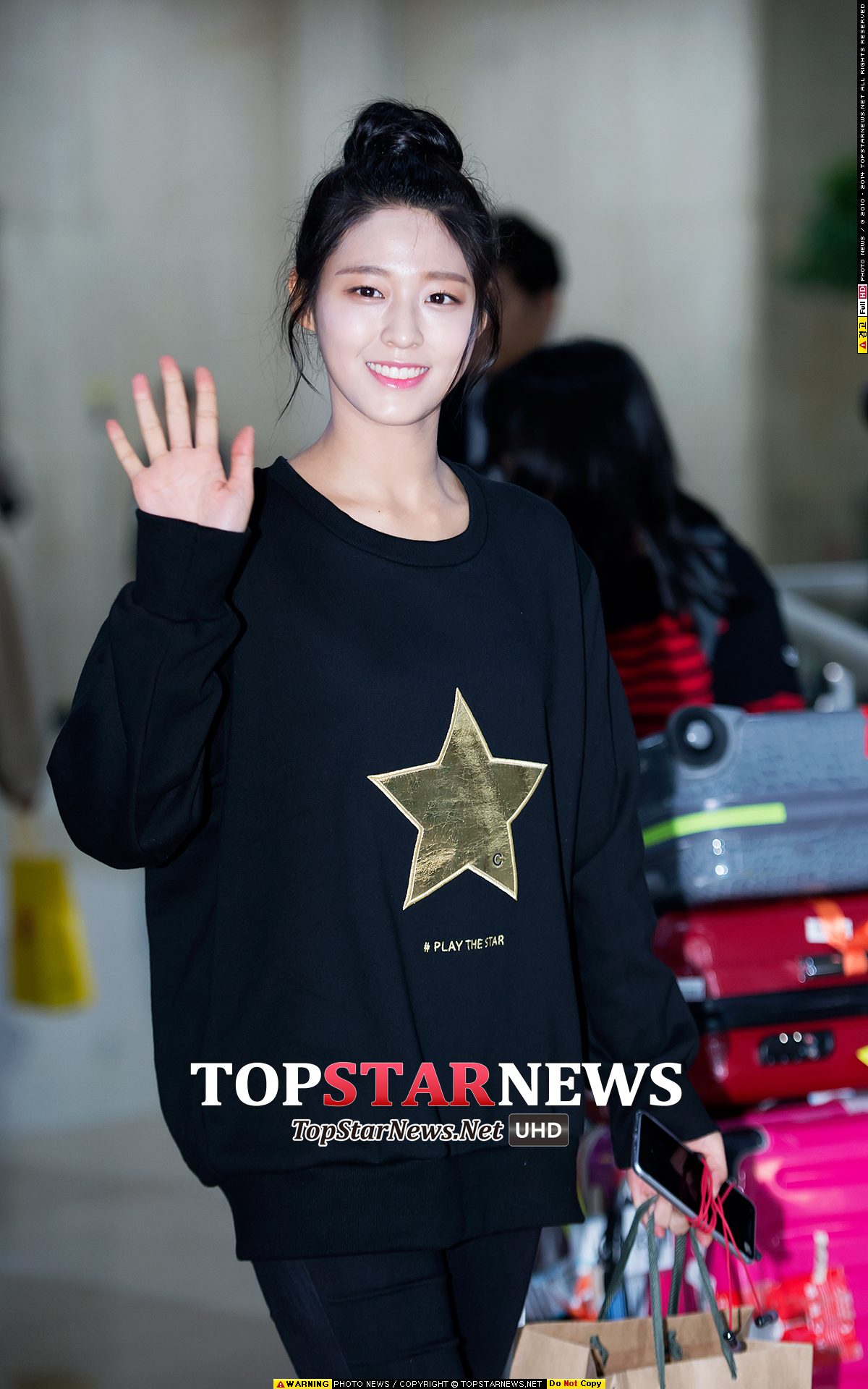 雪炫在機場被捕捉到身穿黑色的運動衫與緊身褲,簡單又舒適的搭配,可以說是懶人穿搭法的第一招~