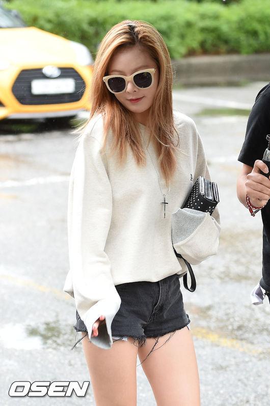 在這種時而冷、時而熱的換季時節,泫雅示範了Oversize的上衣與丹寧短褲的搭配法。