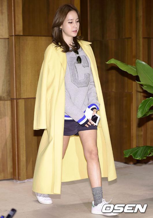 運動風的穿搭,搭配可愛的襪子可以增添一層少女的可愛感!