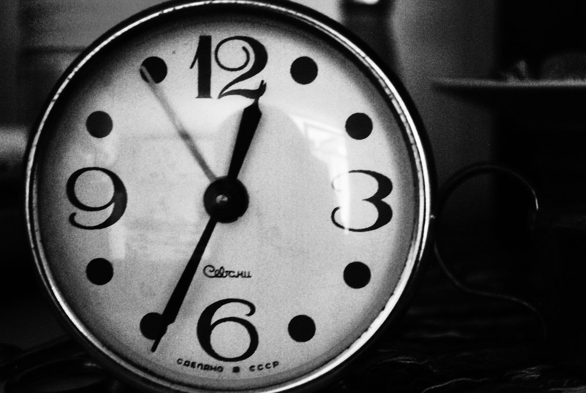 如果身體習慣1點睡 看到時鐘已經1點(實際上晚上12點) 心理作用就會開始讓身體感到疲勞 之後就會慢慢習慣早點睡了