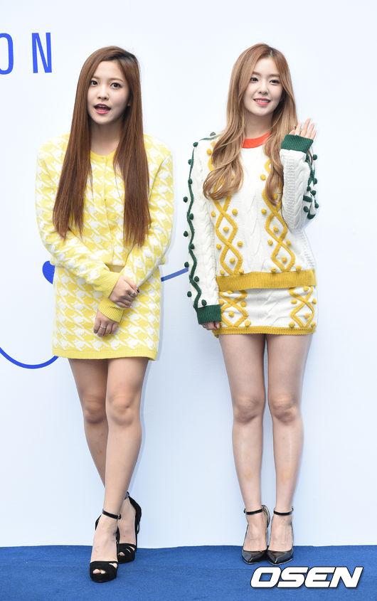 Red Velvet的Yeri 和Irene則示範了尖頭鞋與扣環涼鞋的搭配法,扣帶的設計讓人定睛在腳踝的位置,也會讓腿看起來比較細!