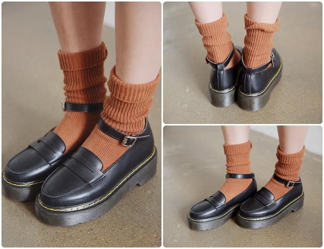 踝帶學生鞋很適合冬天!皮革與車縫線的設計,搭配襪子呈現了怪怪少女的本色!