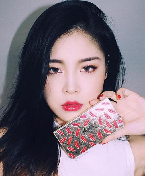 還記得小編之前跟大家分享過韓國彩妝達人李秀真(音譯)的秋冬妝容嗎?小編就跟大家說過韓妞很喜歡帶隱形眼鏡,但大家知道韓妞最愛的隱形眼鏡顏色是什麼嗎?