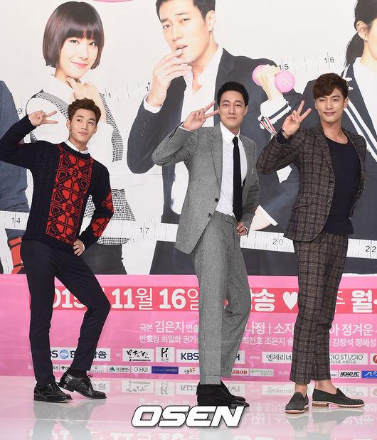 但有開心果亨利在場  媒體們當然也就放心的玩開了 開始請劇中主要的三位男演員擺出了可愛的V pose