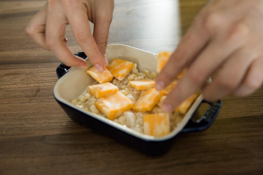 6.依次放進生奶油->牛奶->細砂糖->奶油->美乃滋後充分攪拌均勻。