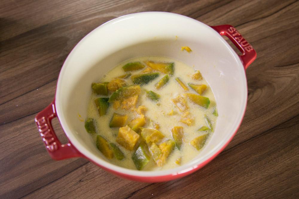 5.依次倒進牛奶->鮮奶油->黃奶油(想喝濃湯的再放進切碎的洋蔥和雞高湯)