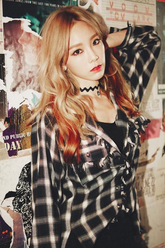 太妍SOLO專輯中也穿格紋襯衫展現帥氣LOOK! 搭配紅唇妝&頸鍊點綴是很有型的叛逆少女 ✧*。٩(ˊᗜˋ*)و✧*。