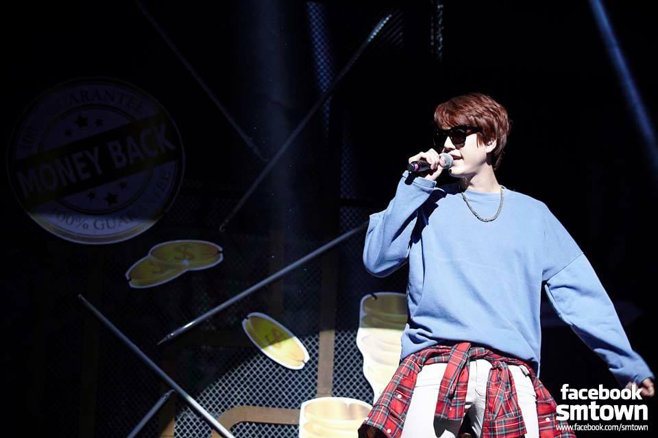 最近化身RAPPER的Super Junior圭賢教你將格紋襯衫綁在腰間 有種american casual style! 這麼簡單的技巧一定要活用啊~
