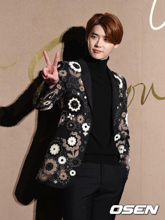 李鍾碩 原本欲一圓演員夢,卻意外的踏上模特之路,成為首爾時裝秀歷史上最年輕的時裝男模。2010年,李鍾碩開始踏足影視圈,先後接拍了《學校2013》、《聽見你的聲音》、《Doctor異鄉人》等熱播劇。