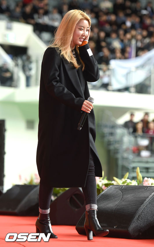 色系中黑色的地位自然是不可動搖的, 黑色大衣屬於最保險的秋冬單品, 不會太過頭,而且任何場合都能輕鬆hold住。