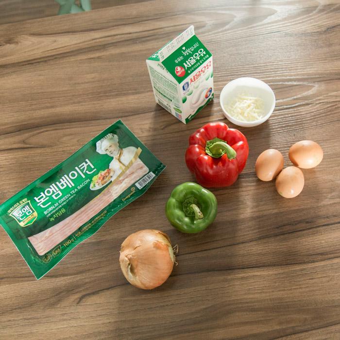 準備食材: 雞蛋3個、起司粉一點、 牛奶2~3勺、培根、彩椒、 洋蔥等家裡冰箱有的蔬菜、食鹽一點。