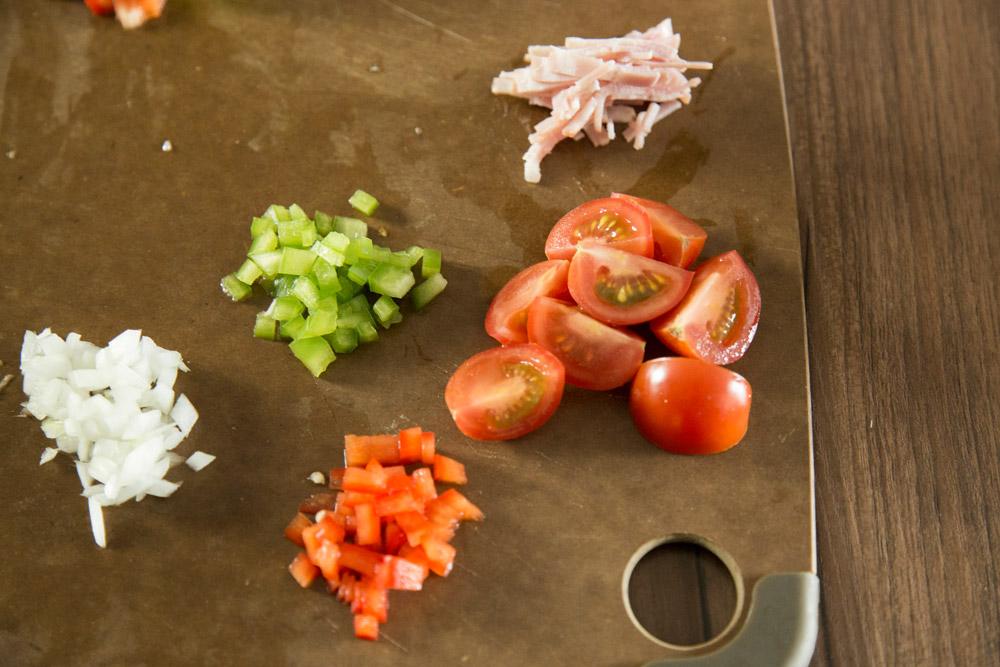 把所有的食材切成小塊,小番茄切成4小塊 不要切太碎,太碎的話容易出水