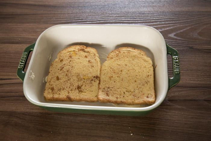 5.放上浸泡好的吐司放進微波爐加熱2分30秒, 這裡就不用包保鮮膜了,因為包上保鮮膜會有水蒸氣,麵包就會變太軟。