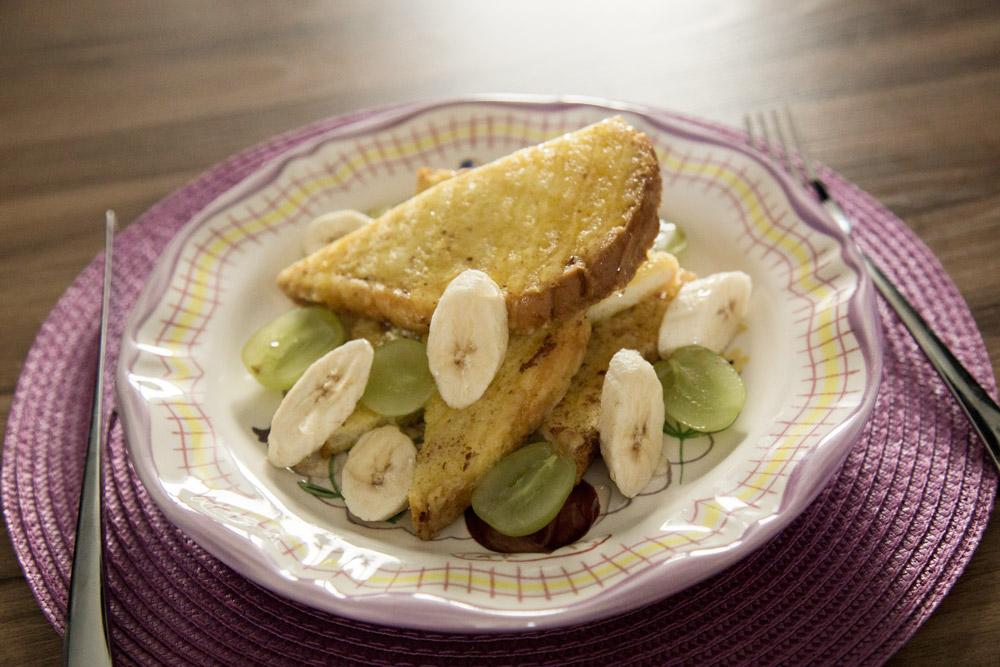 鏘鏘鏘~~把吐司切漂亮一點,再點綴上各種水果, 如果有蜂蜜再撒上點蜂蜜根本就perfect!