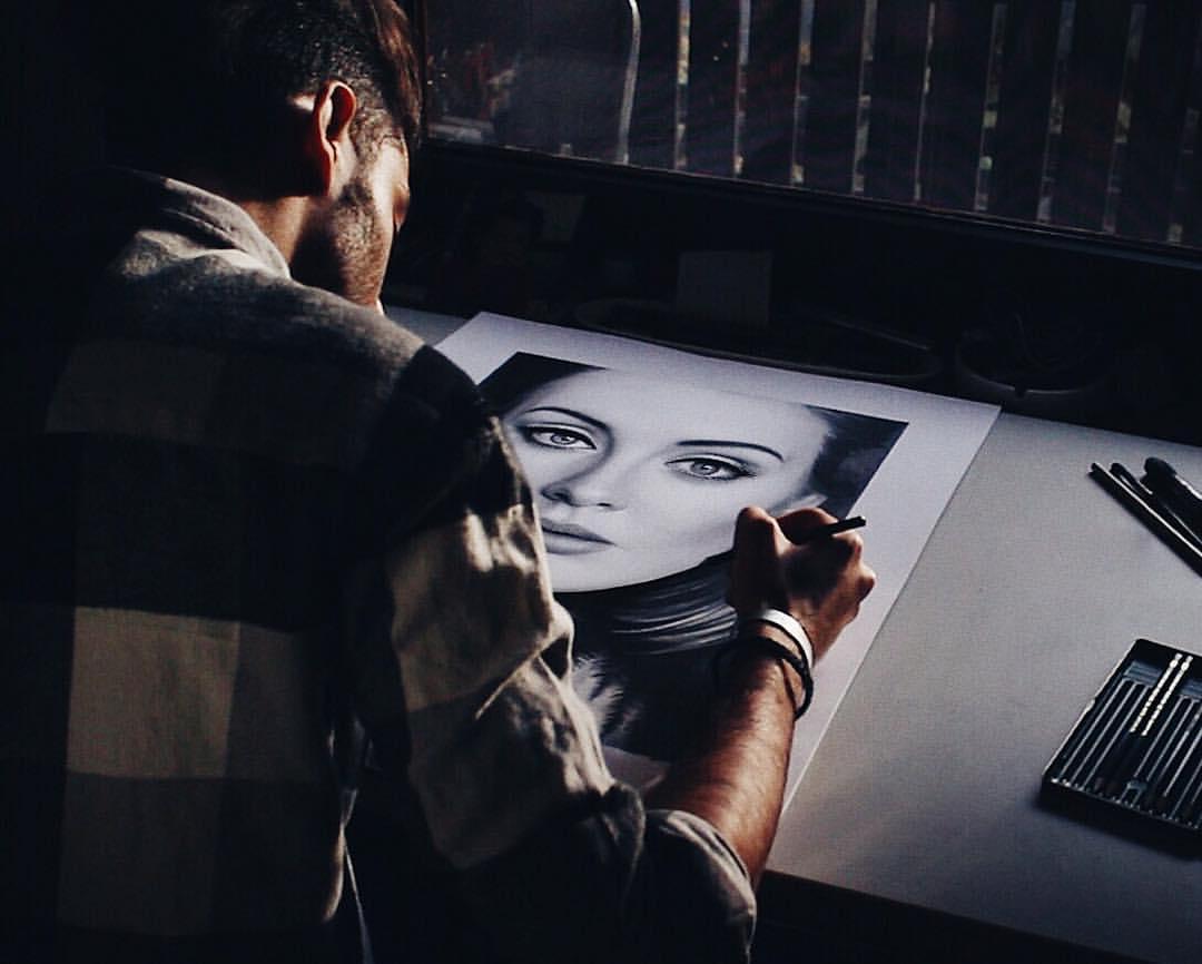 最近因為他在YOUTUBE上傳了畫Adele肖像畫過程的影片,而引起關注