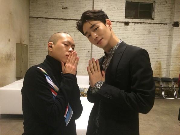 起範在娛樂圈的朋友也越來越多了,因為品牌活動跟吳赫透過雙手合十的POSE,成為好友。