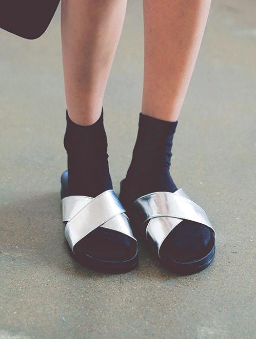 寬帶風格的拖鞋也很受歡迎,因為寬版的設計與鞋背帶的靈活運用可以創造出簡單大方的視覺效果~