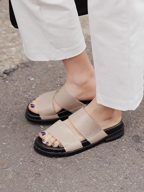 裸色調的拖鞋是露可你看自己很喜歡的款式,有時候出門不想穿得太正式,裸色調有低調大方的感覺,也能凸顯指尖上的指甲油色彩喔!