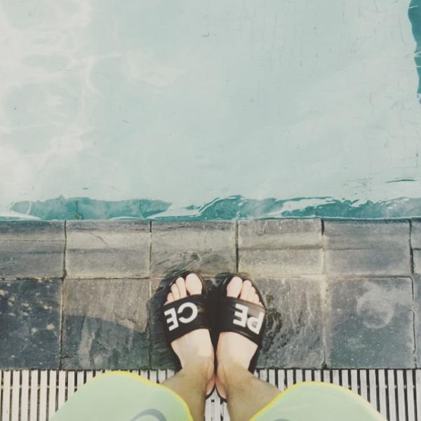 這樣的風格還有誰玩過呢?今年GD在首爾舉辦的「peaceminusone」設計展中所賣的拖鞋也是這樣的設計喔!看看Tablo友情力挺穿起來有多合腳  XD