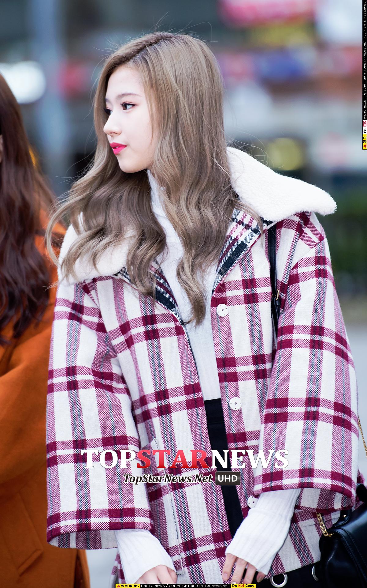 TWICE Sana已經穿上了厚大衣,寬袖口的設計讓人覺得特別可愛