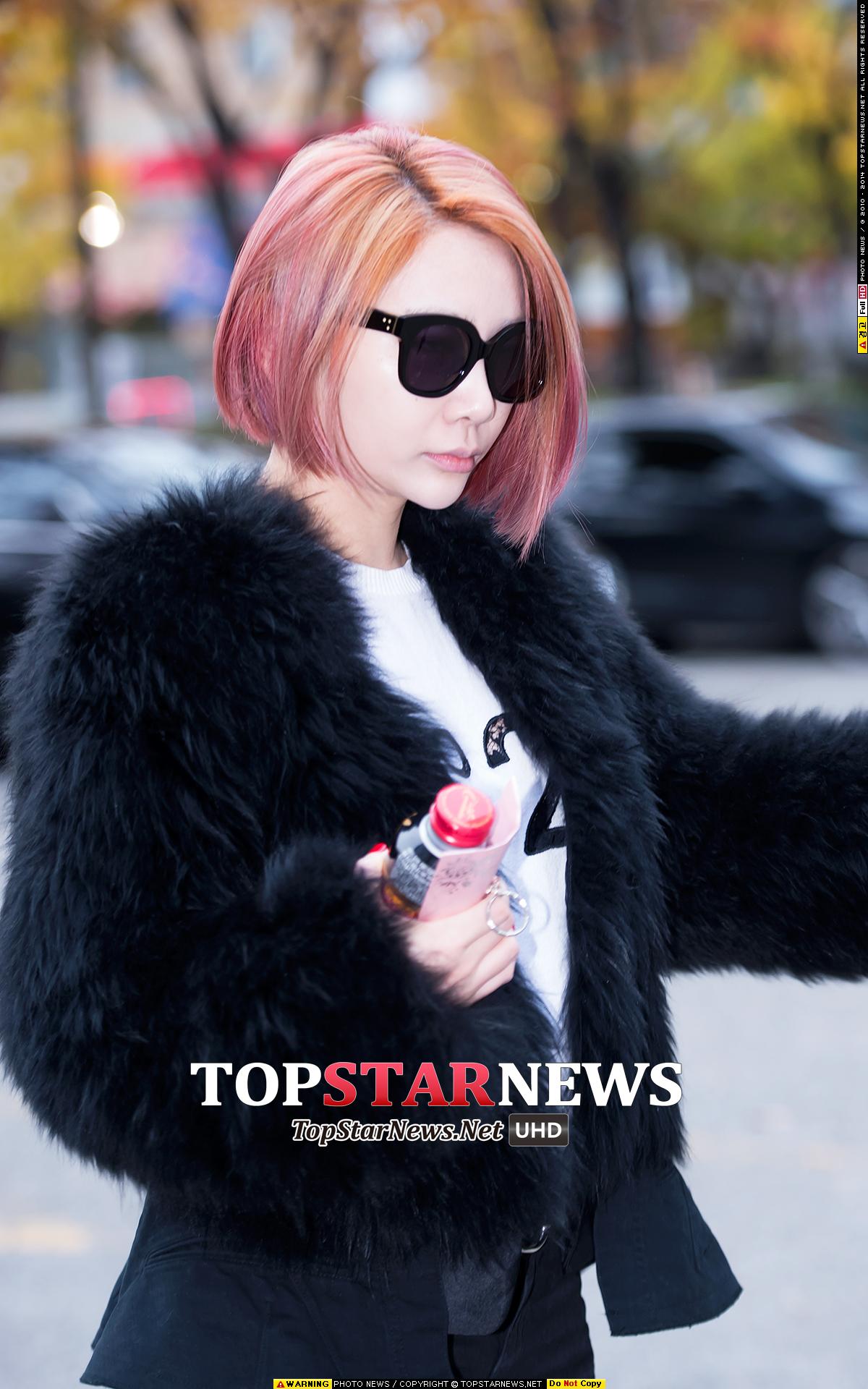 Brown Eyed Girls JeA這種低調的貴婦風正中小編的心(>//<)毛皮大衣在台灣都穿不到~就算穿了還會被白眼~好想要跟JeA一樣穿得這麼有型啊(尤其又配上這頭粉色短髮)