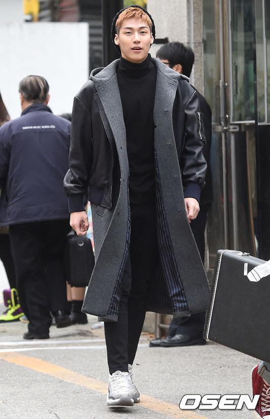N.Flying的主唱承協也是混搭的不遑多讓,雖然全身黑壓壓,但利用黑套頭毛衣搭配灰色長版大衣,他不把皮衣穿在裡面,反而是穿在大衣外套的大膽搭法,我看也只有顏質夠高、身材夠好的男性才可以駕馭了~