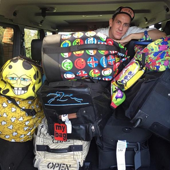 就連Jeremy自己私底下也活用這些聯名旅行袋~ 簡直就是活廣告嘛!