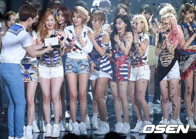 雖然當時是拿獎拿到手軟啦~但是獎項多多,也代表她們跑了多少的音樂節目宣傳行程啊~(累癱)