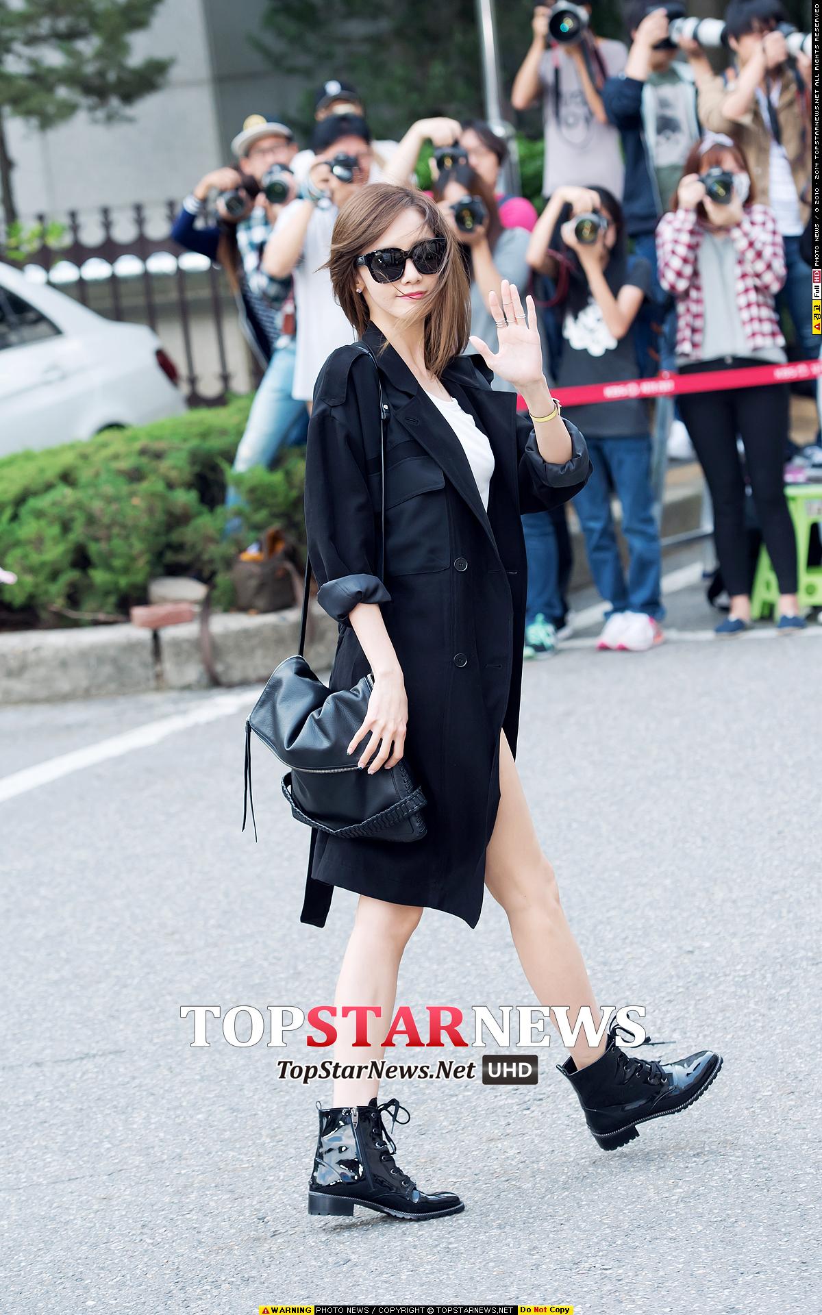 >潤娥用亮皮綁帶的機車靴混搭女人味的穿搭更有時髦感♬