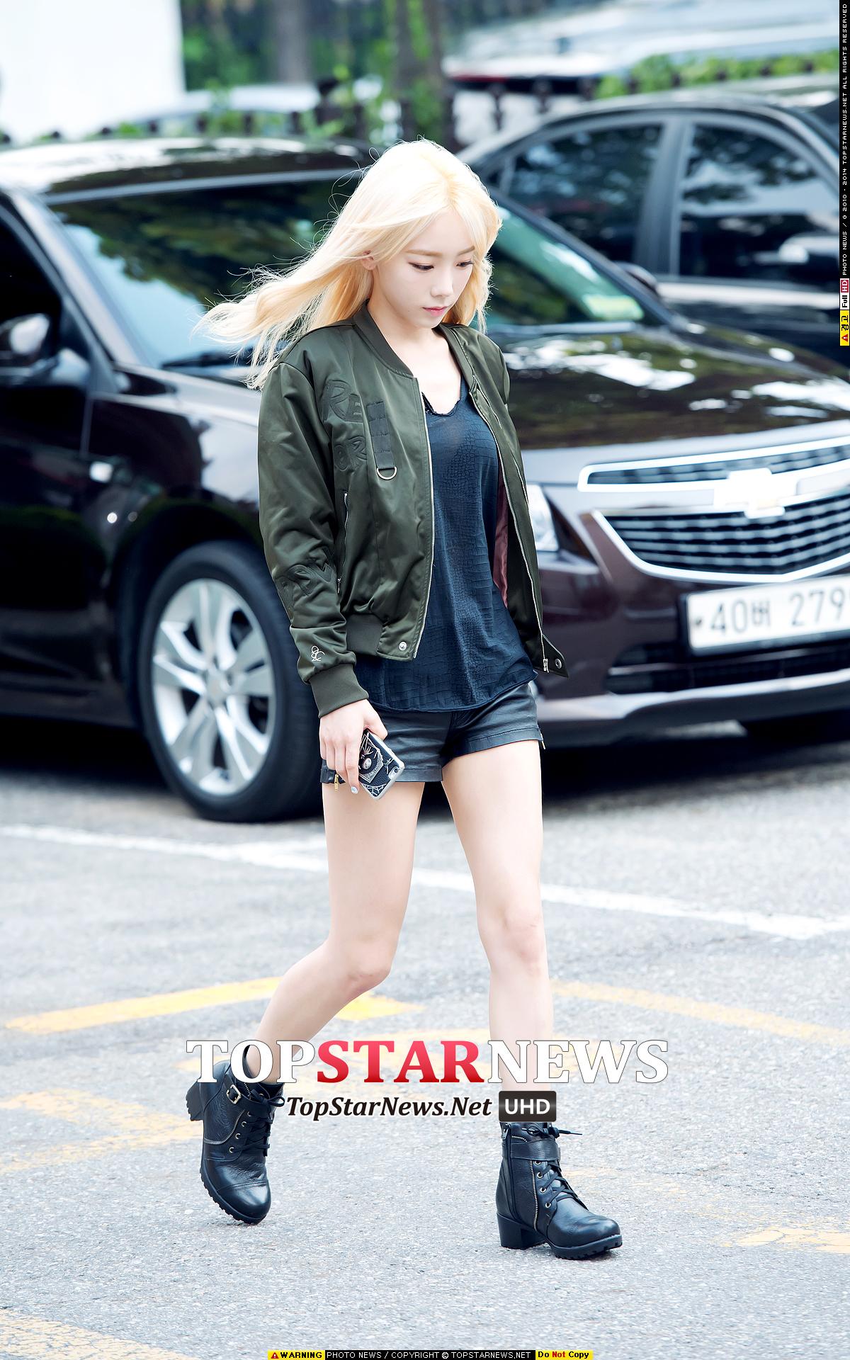 >太妍很簡單地配合軍裝風夾克選了一雙綁帶機車短靴,比例拿捏得很好所以很簡潔俐落