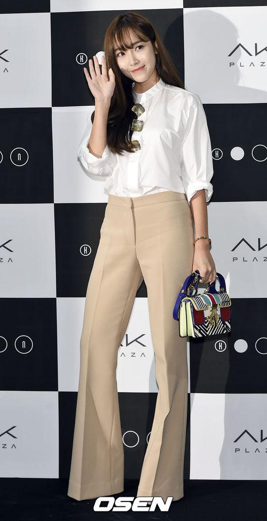 維多利亞風格襯衫和高腰闊腿褲,絕對是今年最為新潮而氣質的組合之一。