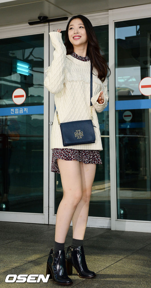 雪紡連衣裙跟毛衣+裸靴更是絕配,再加上微捲的長髮,標準的韓妞style!