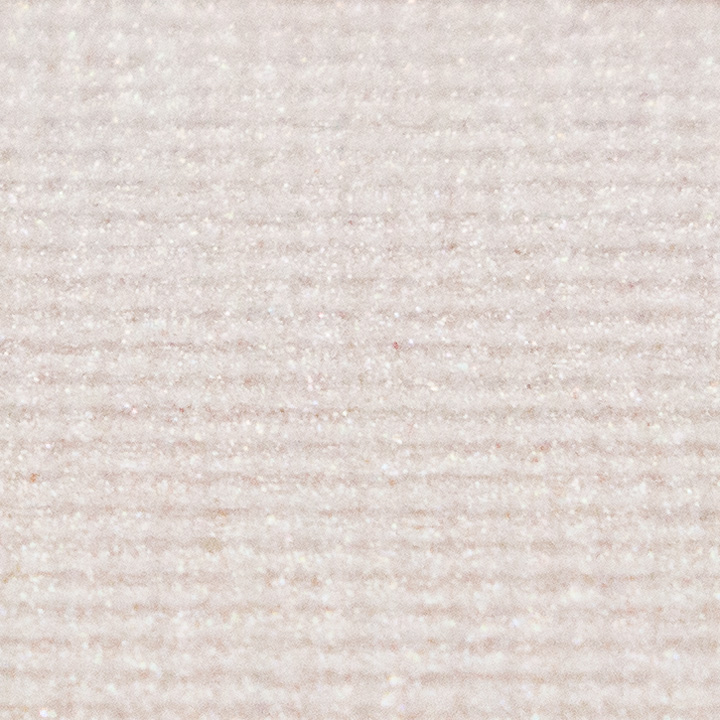 在基本的米白色上,含有金&粉色珠光粉的打亮產品. 很自然因此很喜歡, 但本人推薦不要用刷子,用手塗在臉上會比較好.