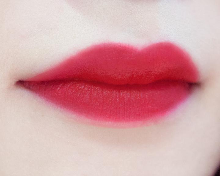 塗在整個嘴唇上是這種感覺. 如果有一天想要耍一下性感可以試試看喲!