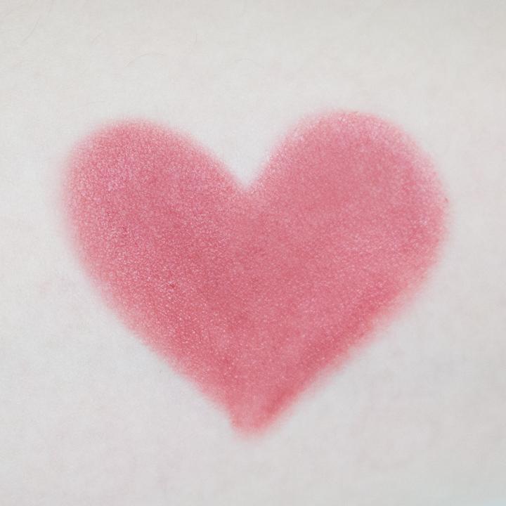 有著很文靜的淺粉紅色的唇彩品. 太滑到很像要滑倒,但好喜歡最後非常清爽不油膩. 非常推薦給不喜歡黏黏感覺的美妞們喲!