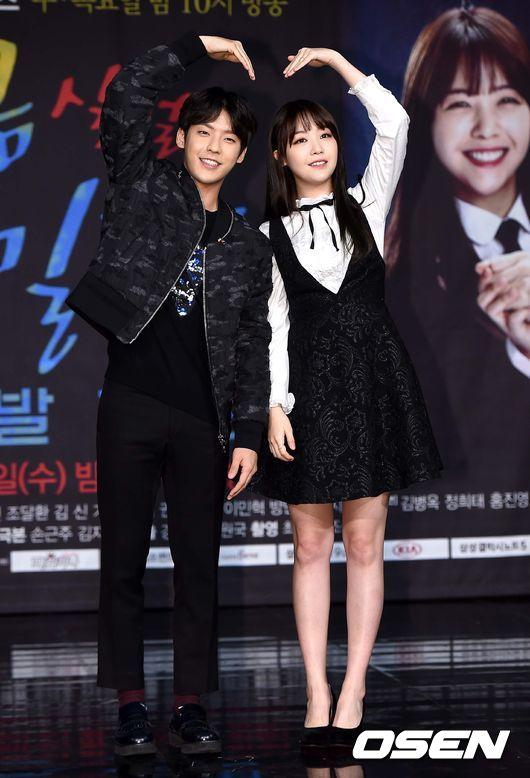 Girl's Day珉雅和BTOB的旼赫甜蜜蜜的擺愛心,但珉雅啊~你剛剛不是這麼鎮定捏??