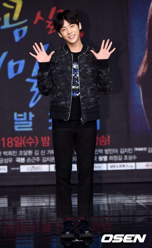 不過旼赫在記者會剛出場第2秒鐘就成為了全場的焦點.....