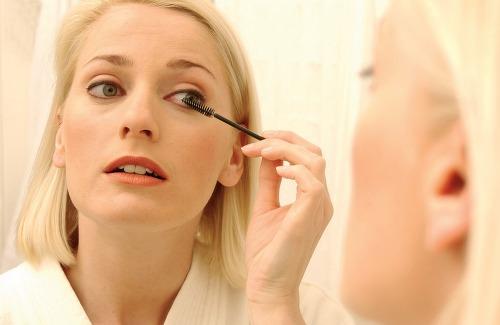 4. 睫毛膏未乾勿眨 眼妝的最後一步...睫毛膏 眨個眼卻沾了整個眼皮都是 立馬變身熊貓眼@@