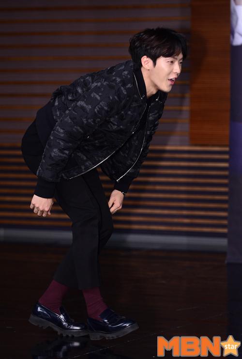 不過不愧是跳舞的~一跌倒馬上就能反應過來,迅速站起的旼赫臉上寫著「糗大了」