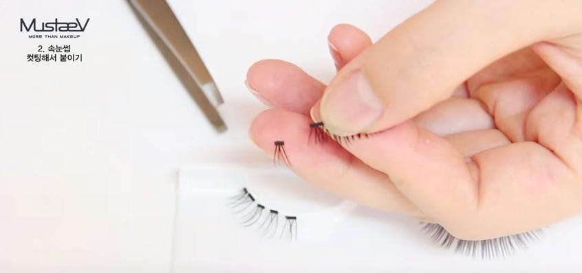 前面幾個步驟都和基本假睫毛一樣,拿出來鬆一鬆,比對之後,以2-3mm的寬度剪開。