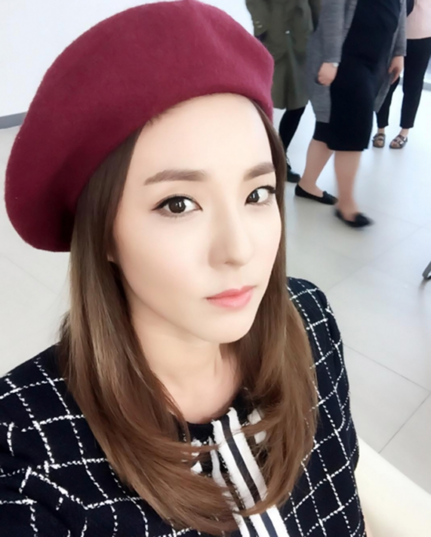 時髦指數:90% 如果換上酒紅色貝蕾帽達拉也可以變得很~淑~女!我們戴上也可以變成這樣嗎?